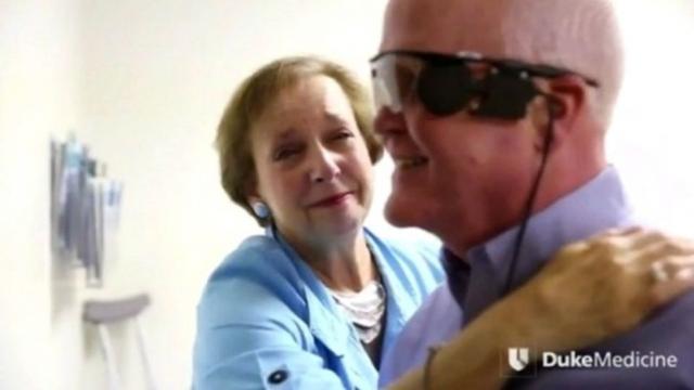 Американец на път да прогледне с изкуствена ретина