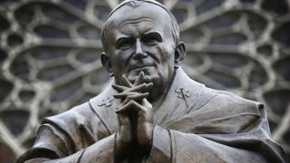 Увековечиха Папа Йоан Павел с паметник до Нотр Дам