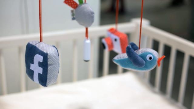 Играчка прави бебешки селфита и ги пуска във фейсбук