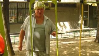 Люлките на дядото, който поддържа сам детска площадка 30 години