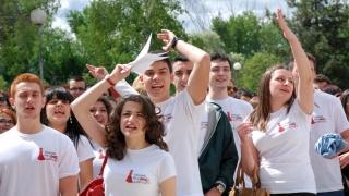 Абитуриенти от 25 училища с бели тениски за изпращането