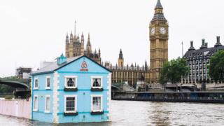 Плаваща къща вози гости на Лондон