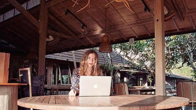 """Да живееш и работиш в рая: Възходът на """"дигиталния номад"""""""
