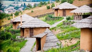 Къщички от ерата на Флинстоун посрещат туристи у нас