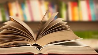 Кампания подарява 700 тома книги на случайни минувачи