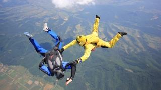 Парашутист спаси във въздуха падащ колега