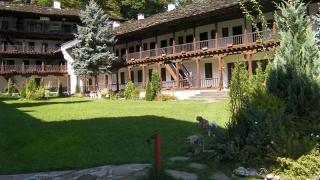 Започва реставрация на уникални стенописи в Троянския манастир