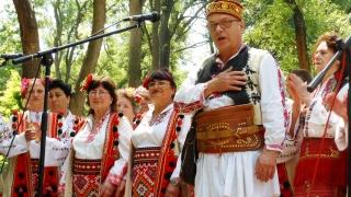 Искат фолклорната носия да бъде официално облекло