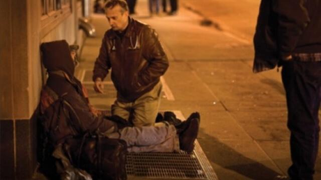 """Лекар """"става"""" клошар, за да лекува бездомници"""