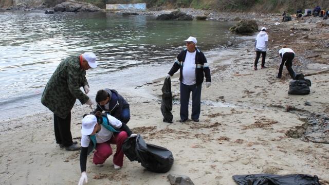Акция за почистване плажа на Черноморец в неделя
