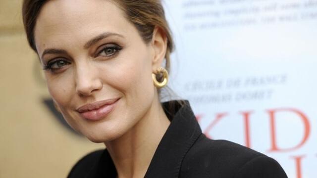 Анжелина Джоли снима в Камбоджа с камбоджанския си син