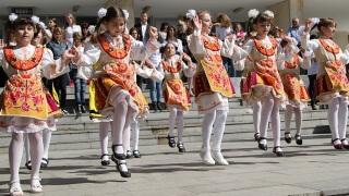 """Деца пеят и танцуват в екофестивал """"Златна есен"""" в Златни пясъци"""