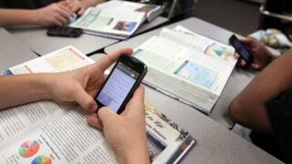 Забраниха със закон мобилните телефони в учебните часове