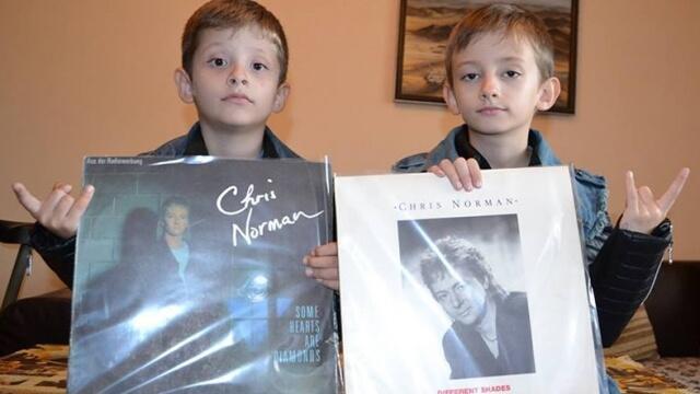 Фенове чакат Крис Норман с винилни плочи за автографи