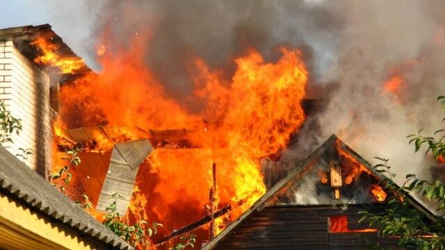 Младежи спасиха баба от горяща къща