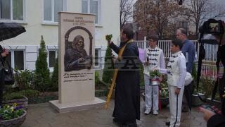 Паметник на Паисий изграден в училище с дарения