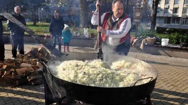 Сготвиха 1200 порции кебап в най-големия тиган у нас